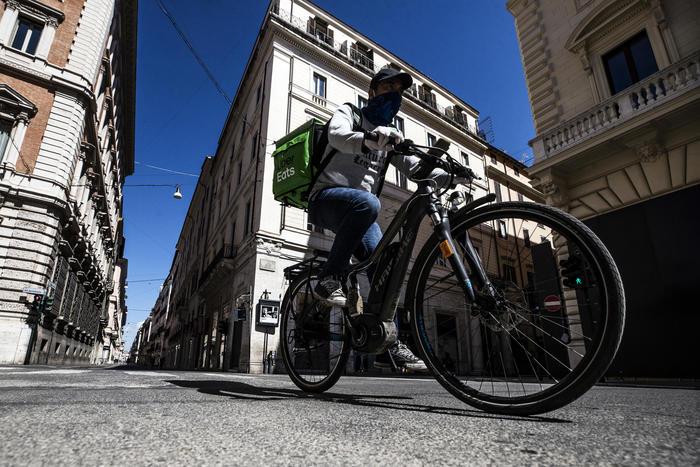 Rider, chiusa l'inchiesta sul caporalato: 10 indagati in Uber Eats